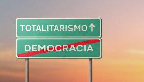 Placas escrito totalitarismo e democracia