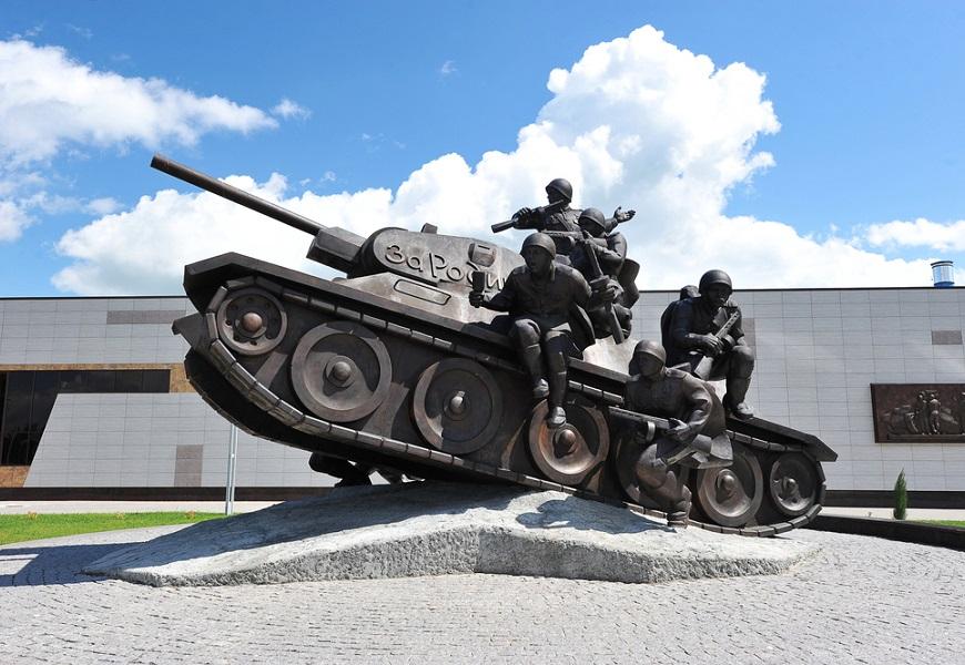 Monumento construído em Prokhorovka em homenagem aos que lutaram contra os alemães durante a Batalha de Kursk*
