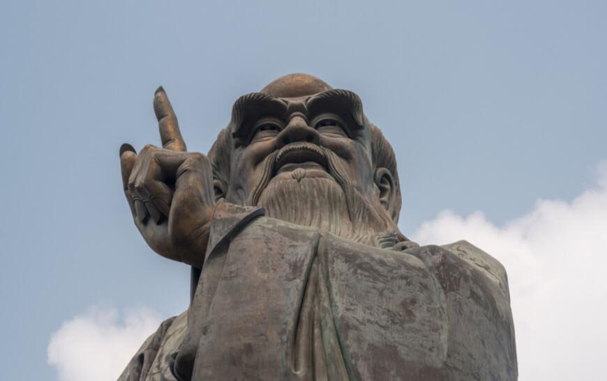 Confúcio, um dos antigos sábios chineses, esculpido em pedra.