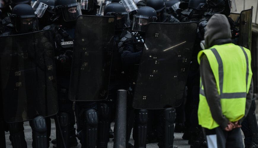A luta popular contra o autoritarismo é fundamental para a manutenção da democracia.