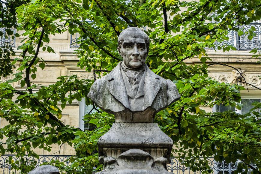 Auguste Comte, o fundador do positivismo, desconsiderava a importância do senso comum.[1]