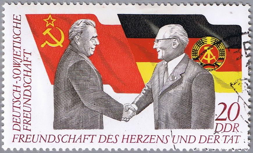 A direita na imagem está Erich Honecker, o homem que comandou as operações de construção do Muro de Berlim.[1]