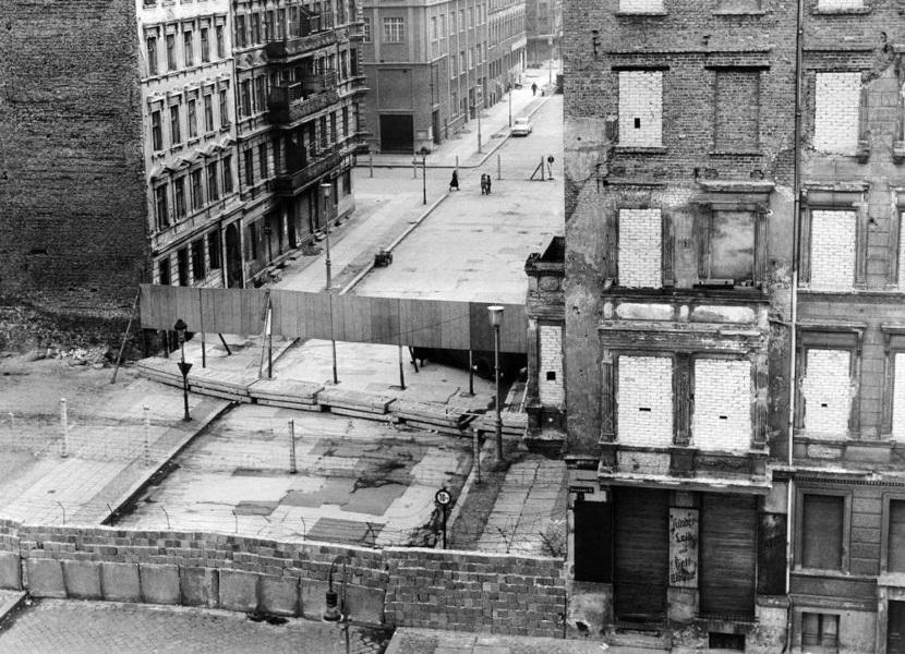 Trecho do Muro de Berlim, que separava os dois lados da cidade, em imagem de 1962.