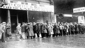 Desempregados em uma fila para receber alimento gratuito