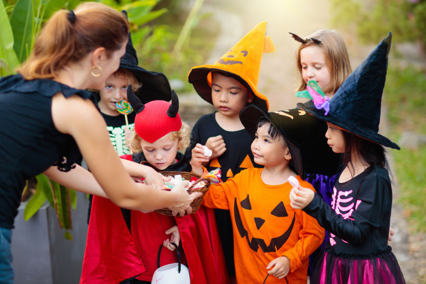 "O ""trick or treat"" (doces ou travessuras) é uma das principais características do Halloween moderno nos EUA."