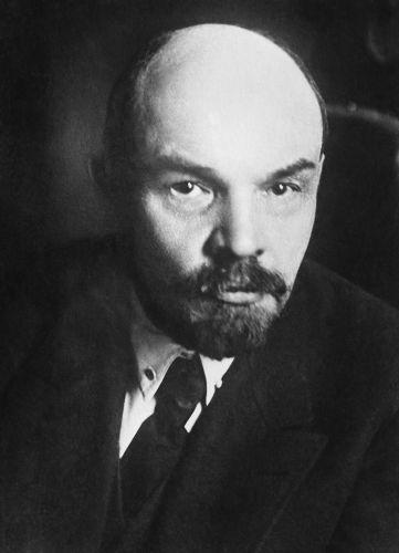 Em janeiro de 1918, Lenin ordenou a dissolução da Assembleia Constituinte formada após a Revolução Russa.[1]