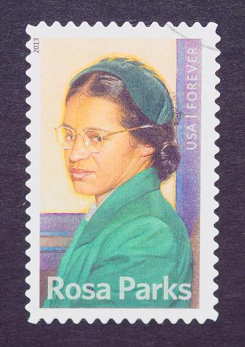 Rosa Parks é considerada a precursora do movimento dos direitos civis nos Estados Unidos.[2]