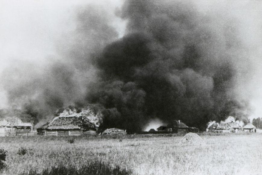 Vila soviética incendiada por tropas nazistas durante a Operação Barbarossa, em 1941.[2]