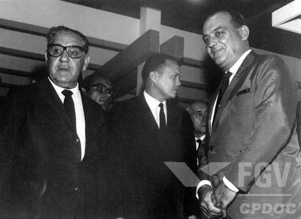 O Ato Institucional n.º 5 foi emitido no dia 13 de dezembro de 1968 durante o governo de Artur da Costa e Silva (à esquerda, usando óculos).[1]