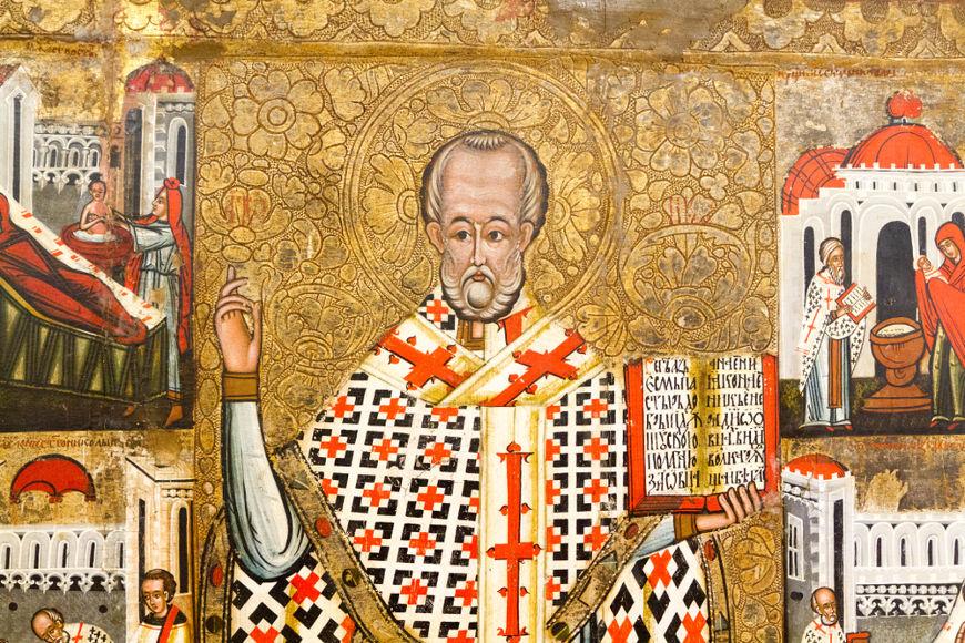 O bispo cristão dos séculos III e IV, São Nicolau, serviu de inspiração para o Papai Noel. [2]