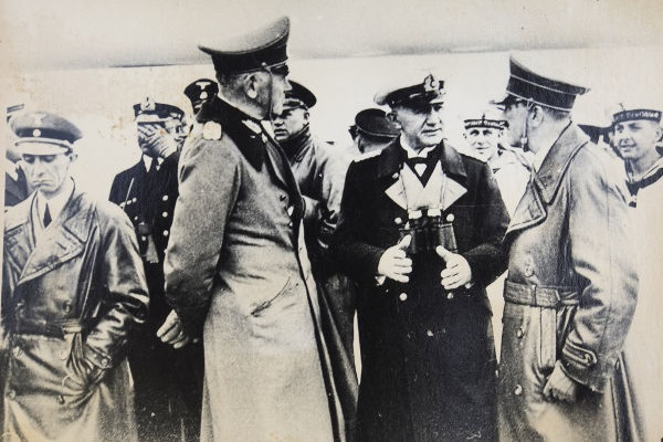 Joseph Goebbels ingressou no nazismo em 1924 e tornou-se um dos grandes nomes do partido. Na imagem, Goebbels está à esquerda, cabisbaixo. [1]