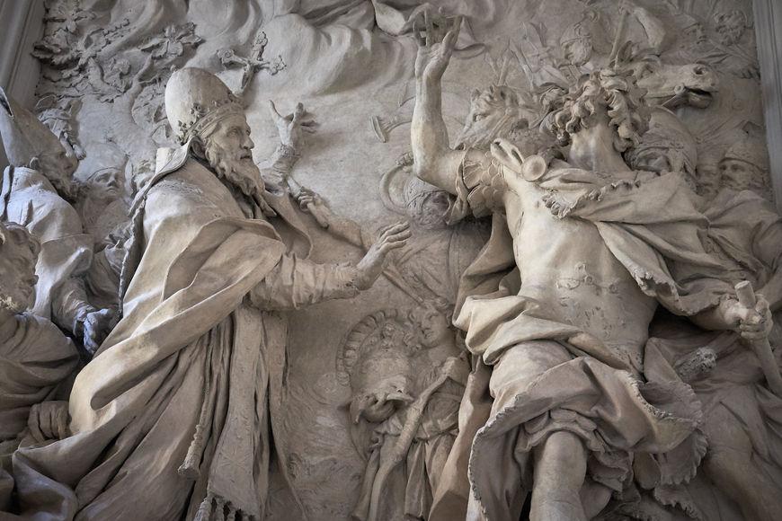 Na escultura, o papa Leão I impede os hunos de invadirem e saquearem Roma, no século V. [1]