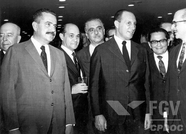 A partir da década de 1940, Tancredo Neves (segurando um copo) tornou-se um político de projeção nacional.[1]