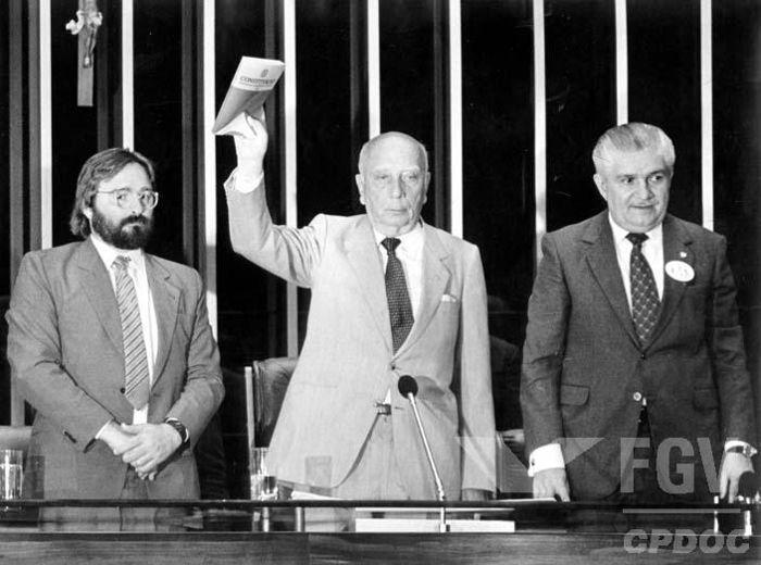 Ulysses Guimarães anunciando a promulgação da Constituição de 1988.[1]