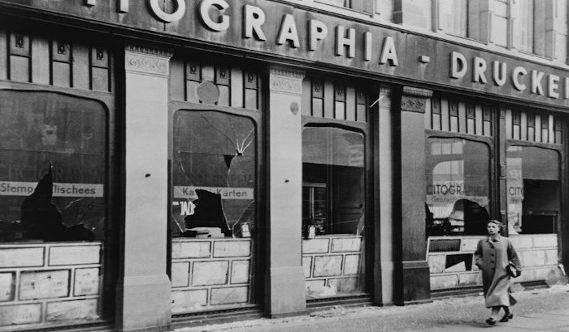 Foto preto e branca de vidraçaria da loja destruída após a Noite dos Cristais