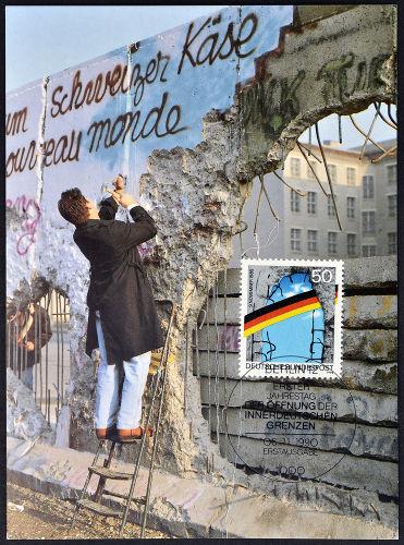 A queda do Muro de Berlim iniciou o processo político de reunificação da Alemanha.[1]