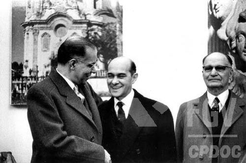 Tancredo Neves (no meio) venceu a eleição do Colégio Eleitoral, em 1985, mas acabou falecendo e não pôde tomar posse como presidente do Brasil.[1]