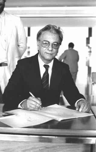 Com o impeachment de Fernando Collor, o vice, Itamar Franco, foi empossado na presidência do Brasil.[1]