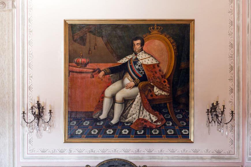 D. João era o regente de Portugal e ordenou a vinda da família real para o Brasil para evitar a sua captura pelas tropas francesas.