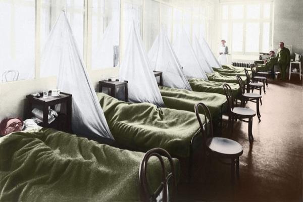 Os primeiros casos de gripe espanhola foram registrados entre militares nos Estados Unidos.