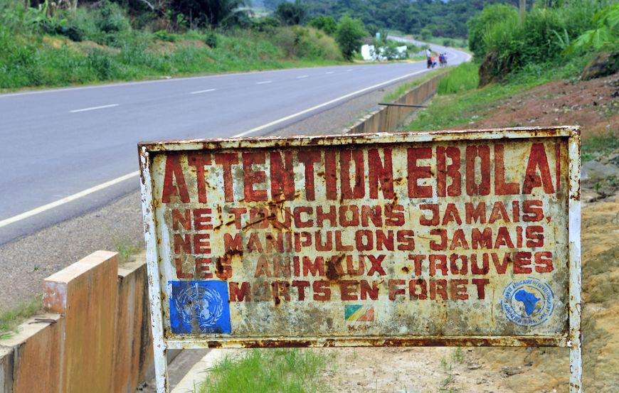 Cartaz na República Democrática do Congo informando que aquela área está contaminada com o vírus causador de ebola. [1]