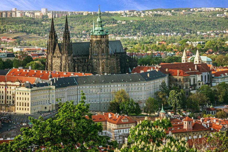 A Defenestração de Praga aconteceu em 1618, quando representantes do Sacro Império foram jogados por nobres boêmios pela janela do Castelo de Praga.