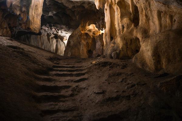 No Paleolítico, uma parte dos hominídeos habitava o interior de cavernas.[1]