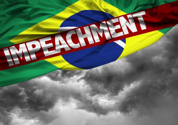 Bandeira do Brasil e céu nublado