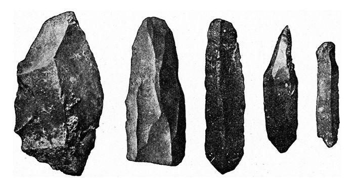 Fragmentos de itens produzidos de pedra lascada no Paleolítico.