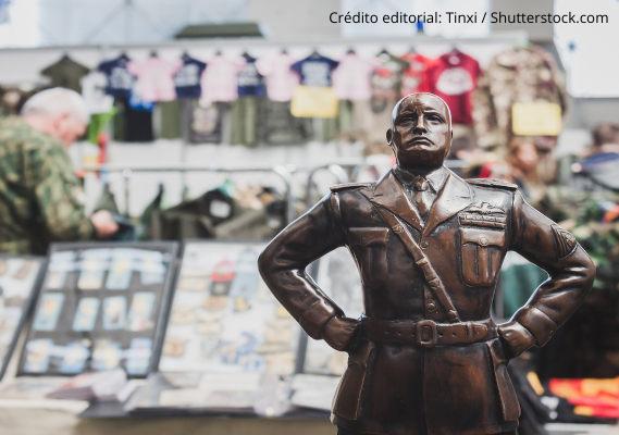 Estátua representando Benito Mussolini