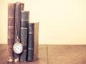 Livros antigos empilhados