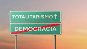 placas de trânsito com totalitarismo e democracia escritos