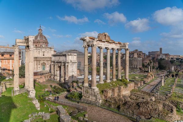 A decadência romana iniciou-se no século III d.C., levando o Império Romano ao fim em 476.