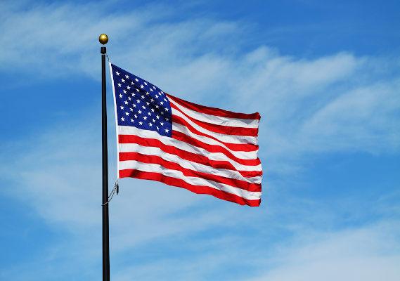 bandeira dos Estados Unidos hasteada
