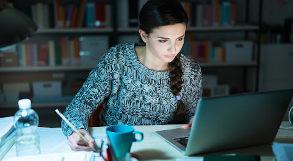 aluna estuda com notebook