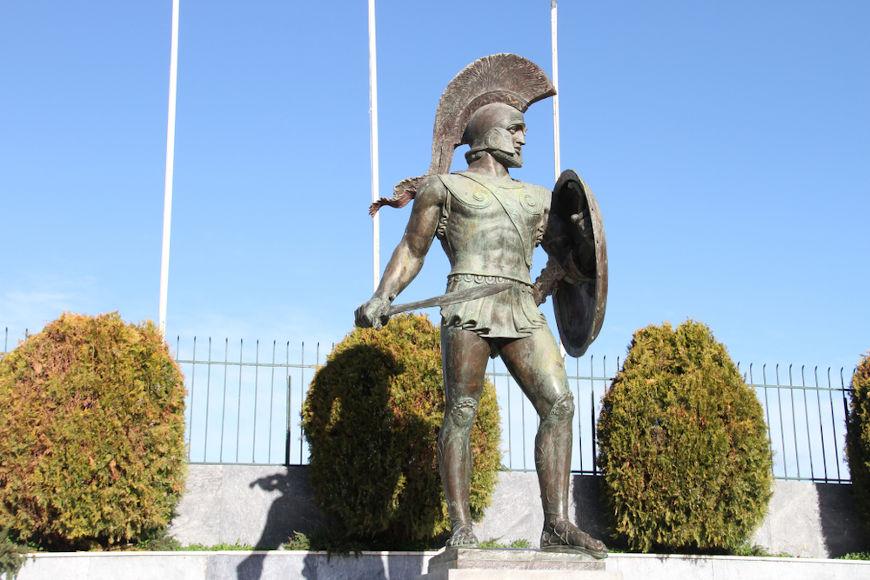 O Rei Leônidas I liderou os 300 hoplitas espartanos que resistiram por três dias aos ataques persas nas Termópilas.