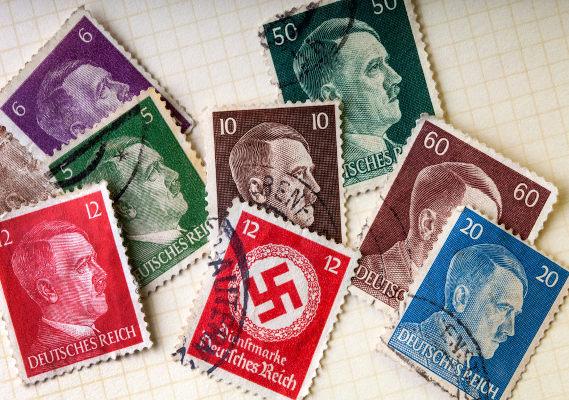 Selos com estampa da suástica nazista e rosto de Hitler