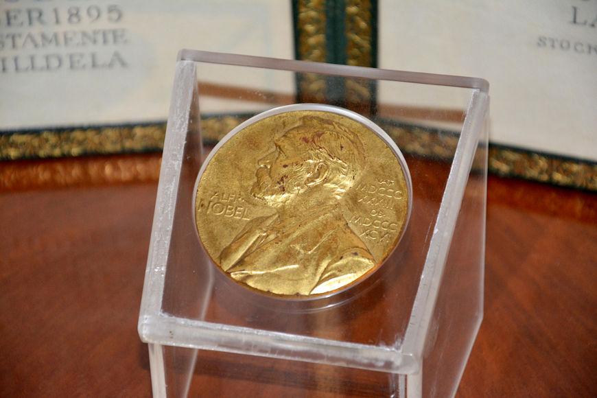 O Prêmio Nobel foi criado com a fortuna que Alfred Nobel deixou depois que morreu.[2]