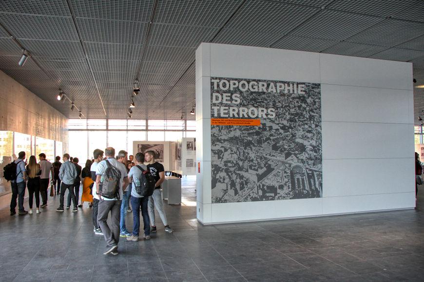 """Na sede da antiga Gestapo, fica atualmente um museu chamado """"Topografia do Terror"""".[1]"""