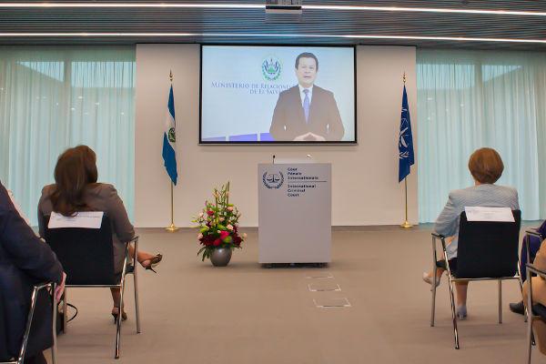 Cerimônia de ratificação do Estatuto de Roma realizada para a entrada de El Salvador como país-membro do Tribunal de Haia.[2]
