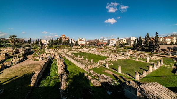 Ossadas encontradas no cemitério de Kerameikos levaram cientistas gregos a levantarem a teoria de febre tifoide como a doença que atingiu Atenas.