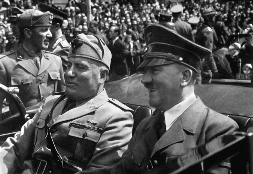 Benito Mussolini e Adolf Hitler foram dois grandes nomes da extrema-direita totalitária na Europa.[2]