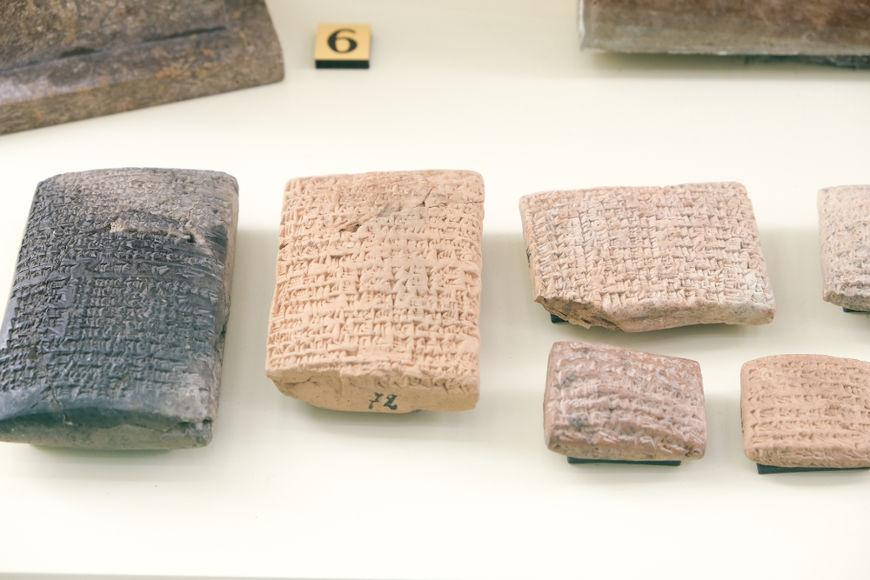O surgimento da escrita cuneiforme, desenvolvida pelos sumérios por volta de 3500 a.C., é considerado o marco que deu início à Idade Antiga.[1]
