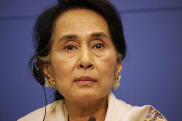 Aung San Suu Kyi, líder da NLD e do antigo governo de Mianmar, foi presa depois do golpe militar de fevereiro de 2021.[1]