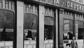loja de um judeu com a janela quebrada depois do pogrom
