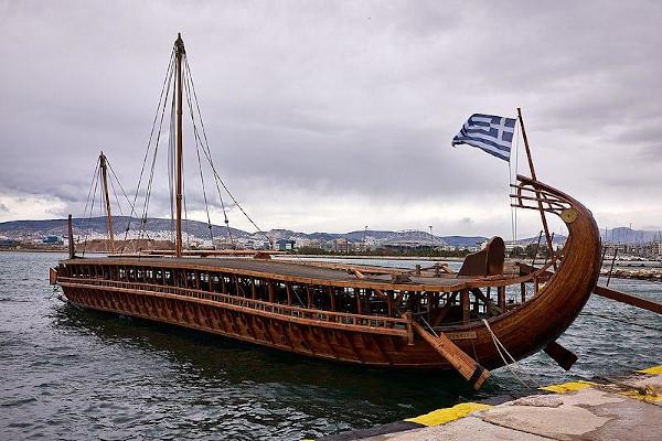 Os atenienses usaram as trirremes para atacar seus inimigos por vias marítimas.