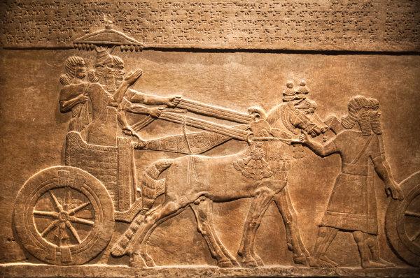 Parede do palácio de Nínive retrata o rei assírio Assurbanipal caçando animais selvagens.[1]