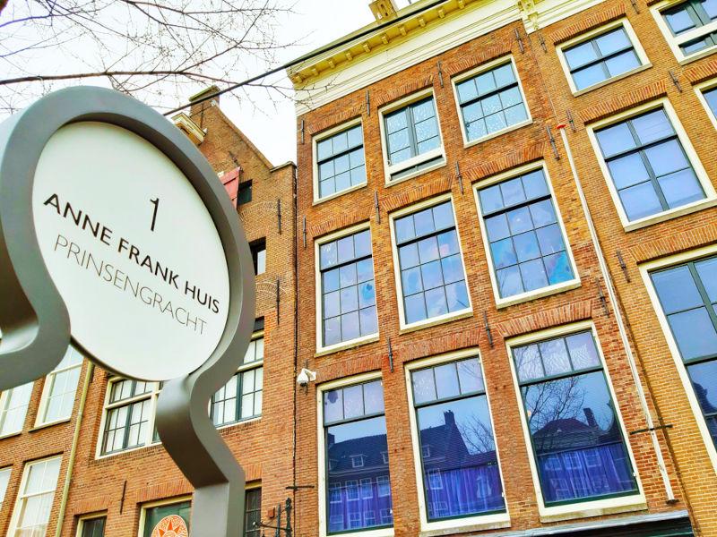 Fachada do prédio onde Anne Frank e mais sete pessoas se esconderam do antissemitismo nazista.[2]