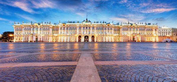 Foto do Palácio de Inverno, mais ao fundo, em São Petersburgo, na Rússia.