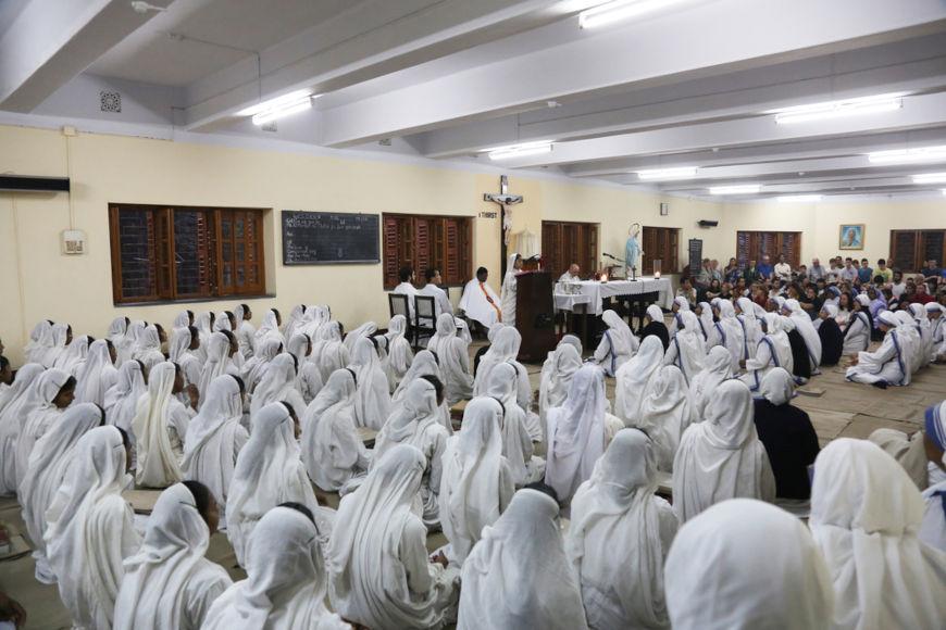 Missionárias da Caridade reunidas em local fechado.